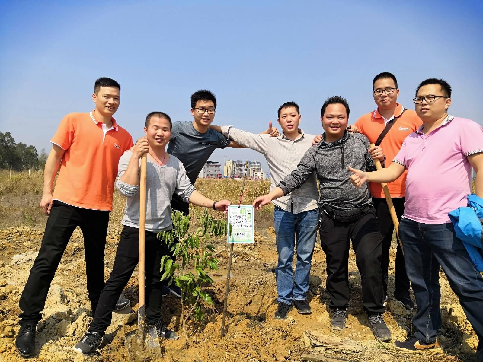 3月12号恰逢植树节,学员和导师们走到山间,合力种下一棵棵绿树,期待公司能够像这些茁壮的树苗一样不断成长壮大。